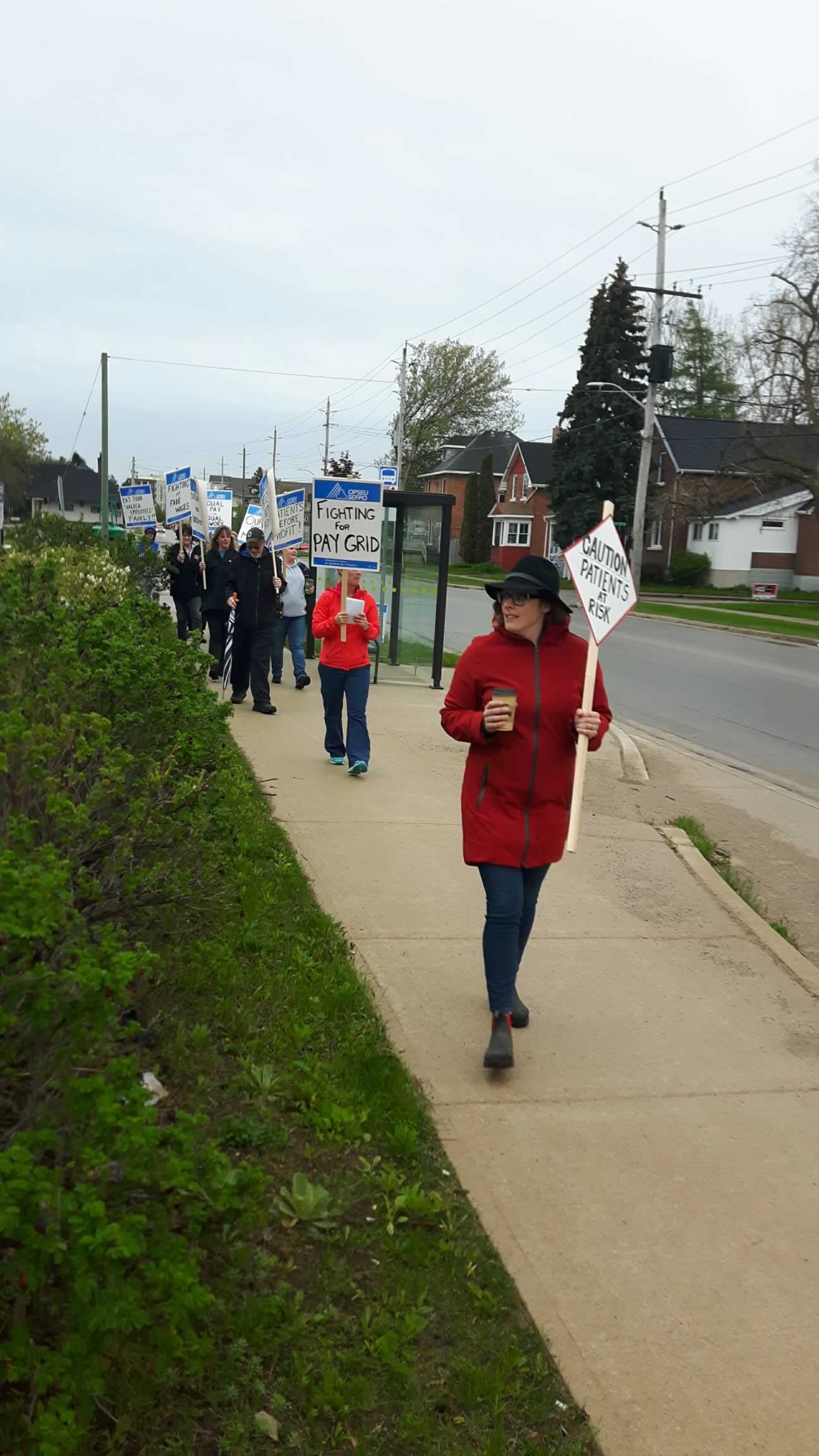 OPSEU/SEFPO members holding signs
