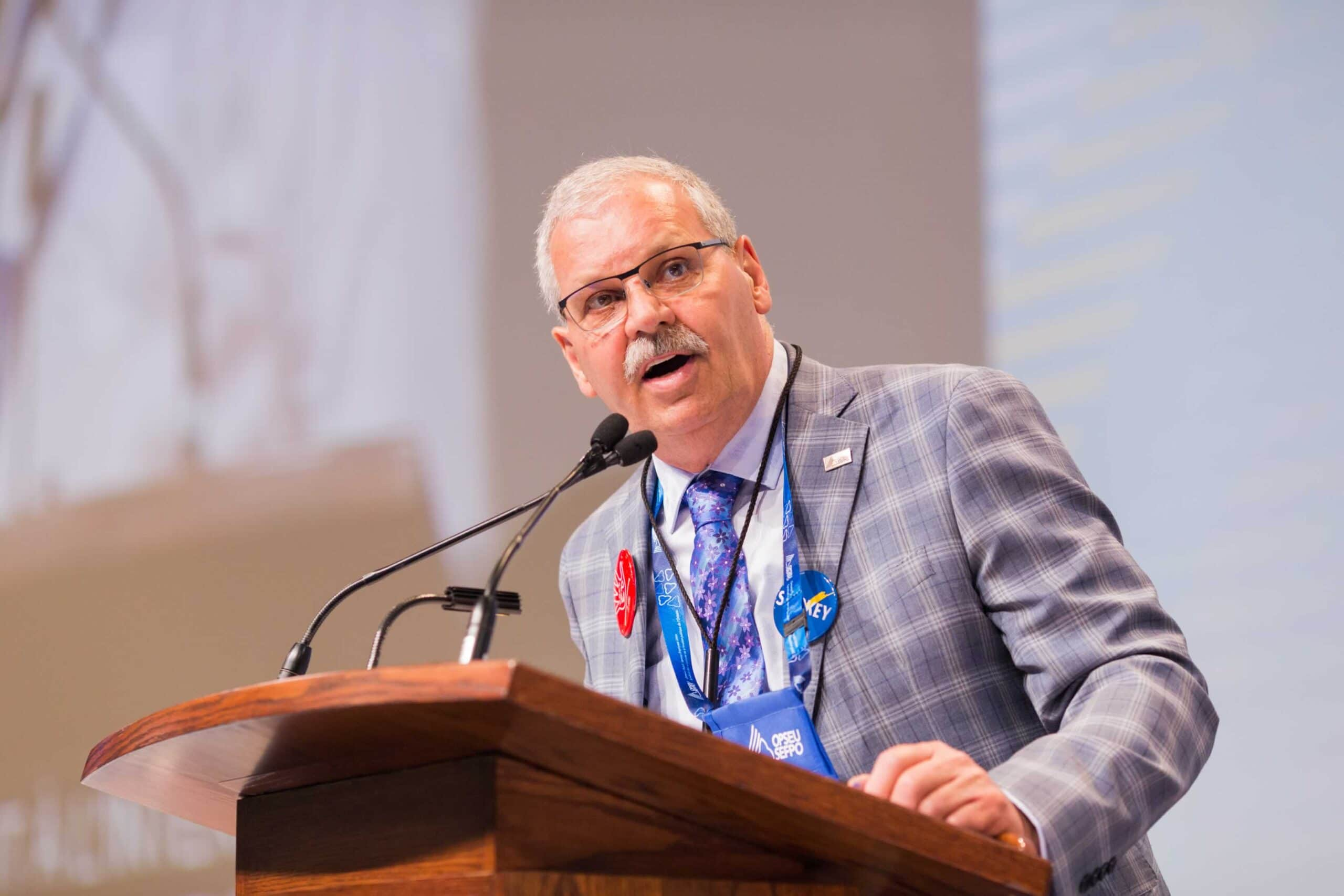 Warren (Smokey) Thomas, OPSEU President, speaking at Convention